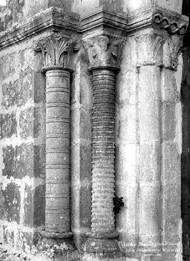 Portail de la façade ouest : colonnes de l'ébrasement gauche