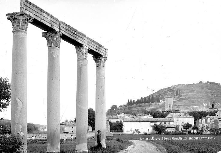 Restes antiques : Quatre colonnes supportant un linteau