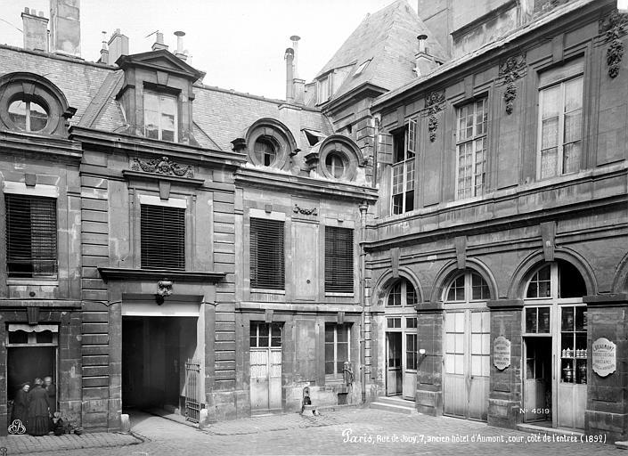 Cour intérieure : Vue du côté de l'entrée