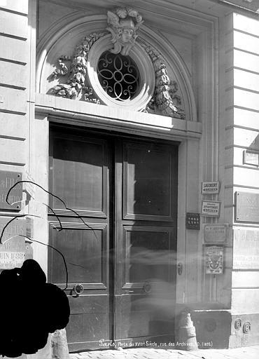 Façade sur rue : Porte monumentale