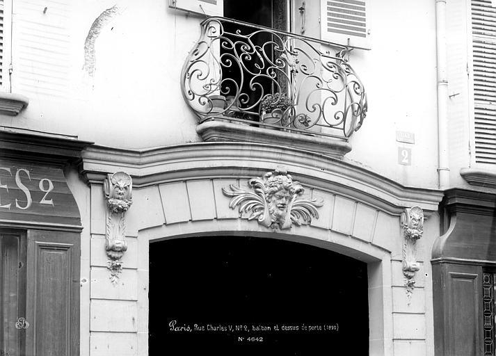 Façade sur rue : Balcon Louis XIV et linteau de porte