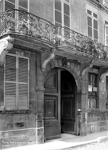 Façade sur rue : Porte et balcon