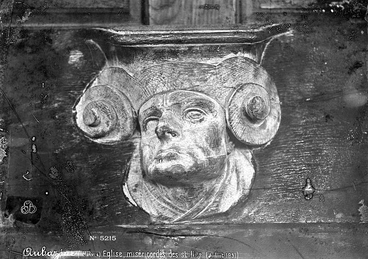 Miséricordes de stalles : Tête d'homme coiffé d'un chapeau à enroulement
