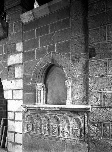 Tombeau au rez-de-chaussée du clocher