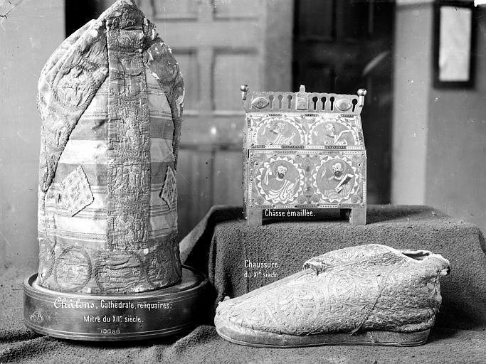 Reliquaires : mître, chaussure et châsse émaillée