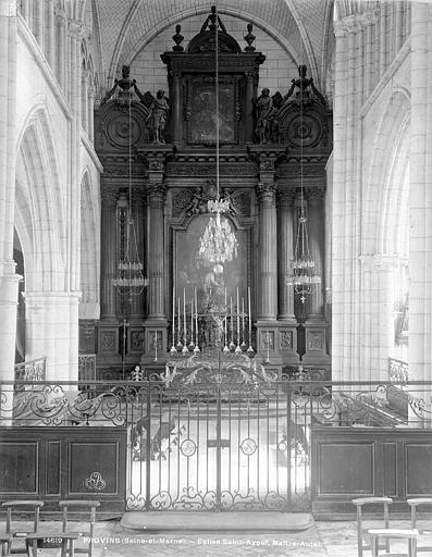 Vue intérieure du choeur : maître-autel