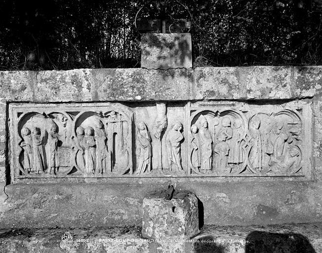Bas-relief dit fontaine de saint Loup : La Crucifixion entre des scènes de la vie de saint Loup