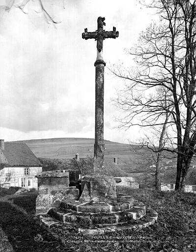 Croix en pierre et chaire avec autel