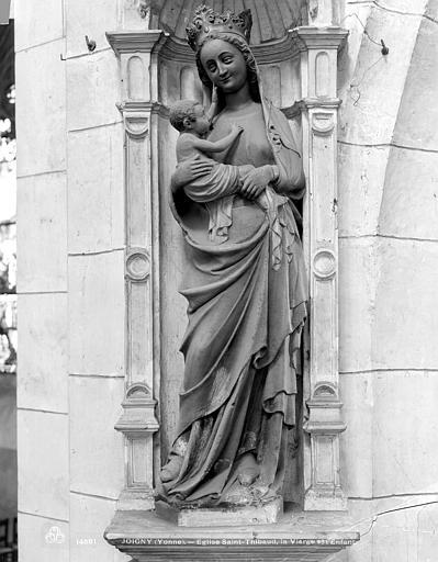 Statue en pierre peinte dans une niche : Vierge à l'Enfant
