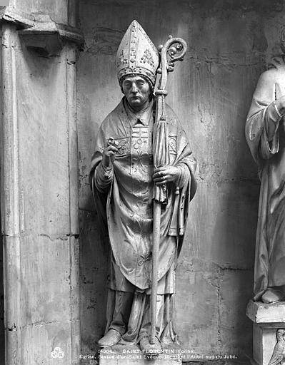 Statue décorant l'autel sud : saint Evêque