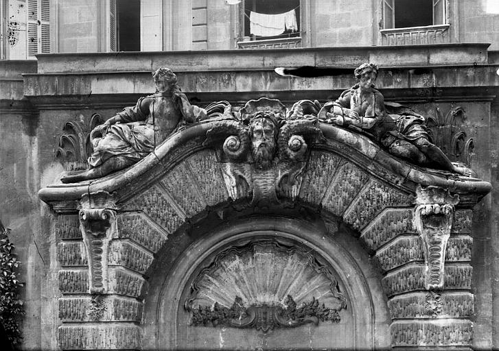 Fontaine dans la cour : Fronton
