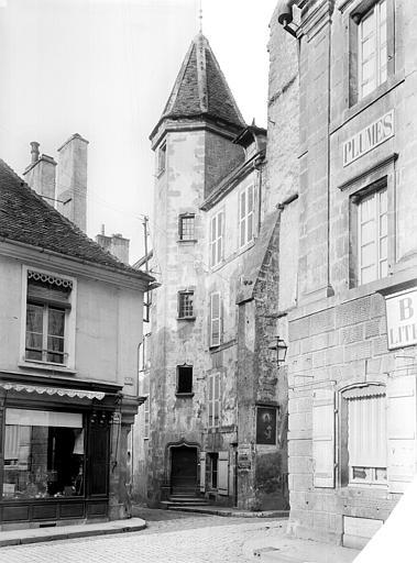 Vue d'ensemble de la façade et de la tourelle