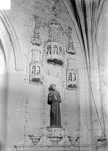 Décoration en bas-relief, à l'intérieur de la nef au-dessous du clocher