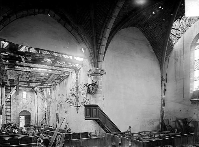 Vue intérieure de la nef et du transept vers l'entrée