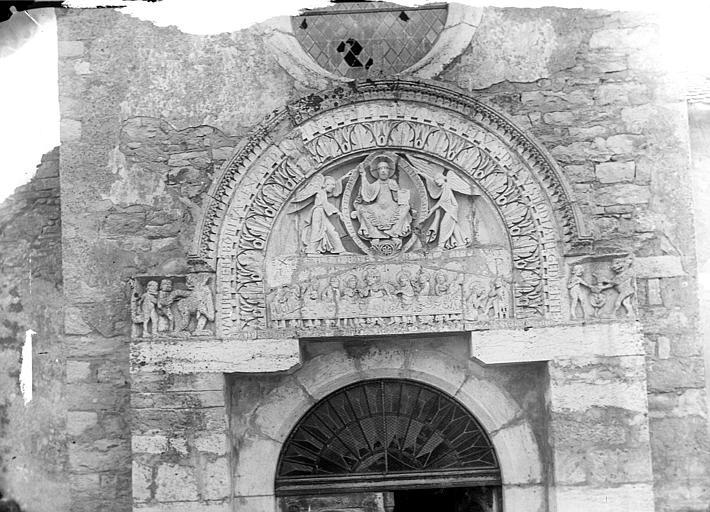 Portail de la façade ouest. Tympan : Christ en Majesté