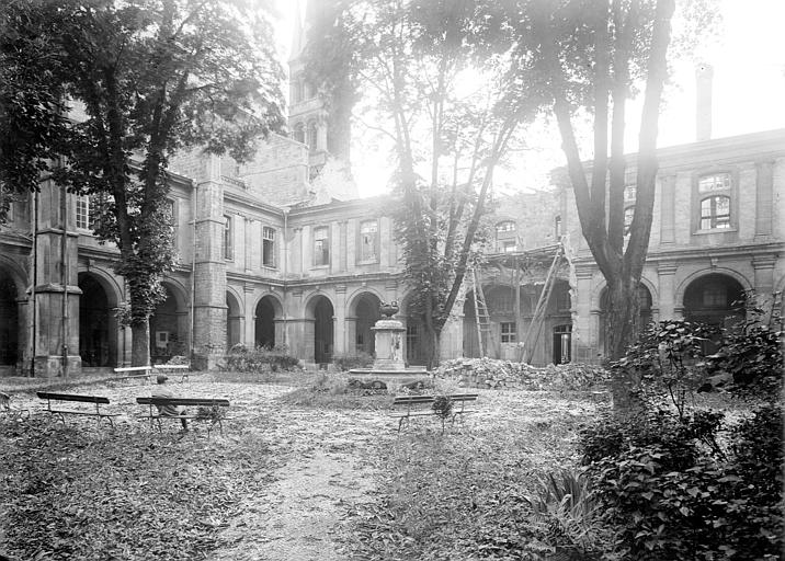 Cloître du 17e siècle et fontaine