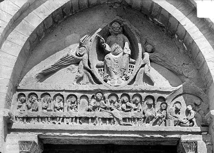 Portail de la façade ouest : tympan et linteau