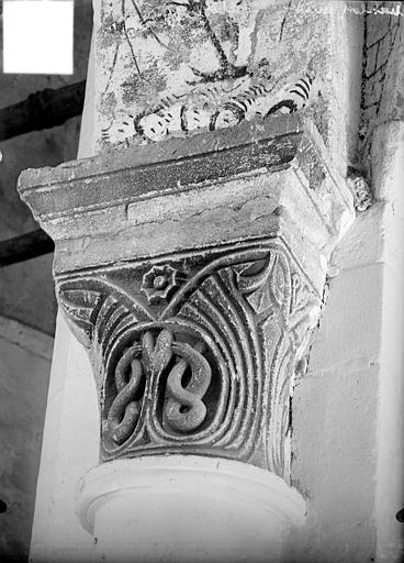Chapiteau à motifs décoratifs
