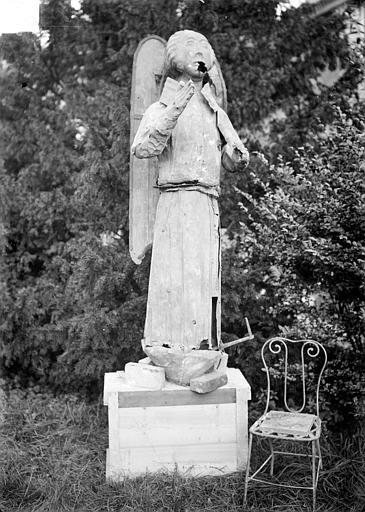 Clocher, statue d'ange. Statue provenant du clocher : ange