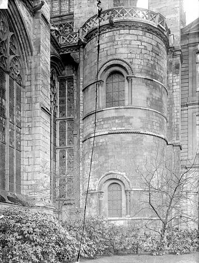 Tour romane à l'est