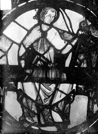 Vitrail : personnage dans un médaillon. Vitrail, fragments