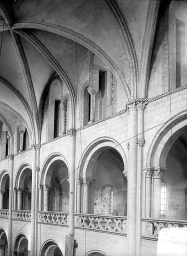 Vue intérieure de la nef : parties hautes et voûtes
