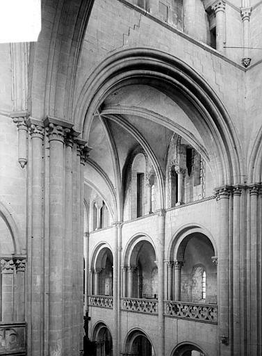 Vue intérieure de la nef : triforium et tribunes