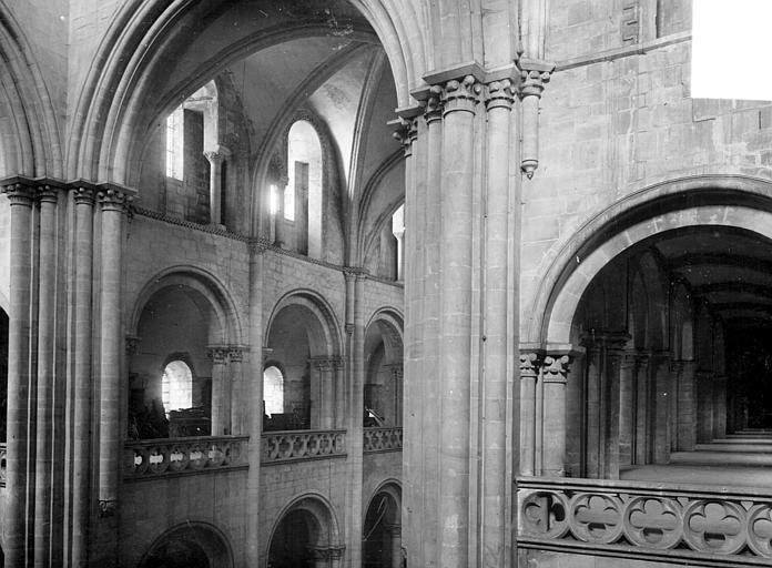 Vue intérieure du transept : triforium et tribunes