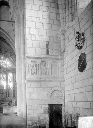 Vue intérieure : entrée du clocher
