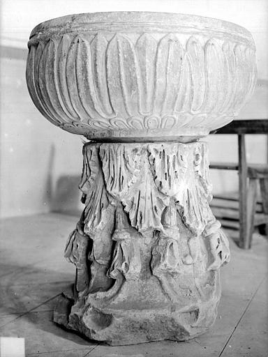 Fonts baptismaux, chapelle et vasque antiques. Fonts baptismaux de la chapelle : vasque antique
