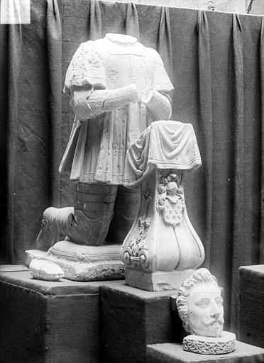 Stèle funéraire de Ponthus de Belleferi. Statue : Ponthus de Belleferi