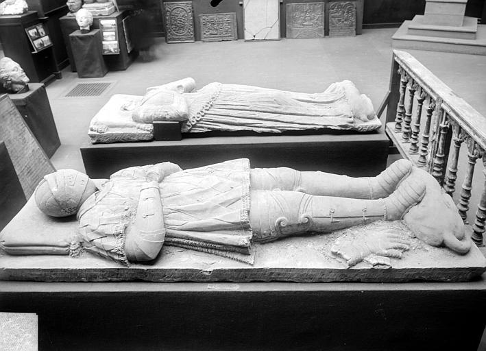 Stèle funéraire de François de Soyecour. Statue funéraire de François de Soyécour