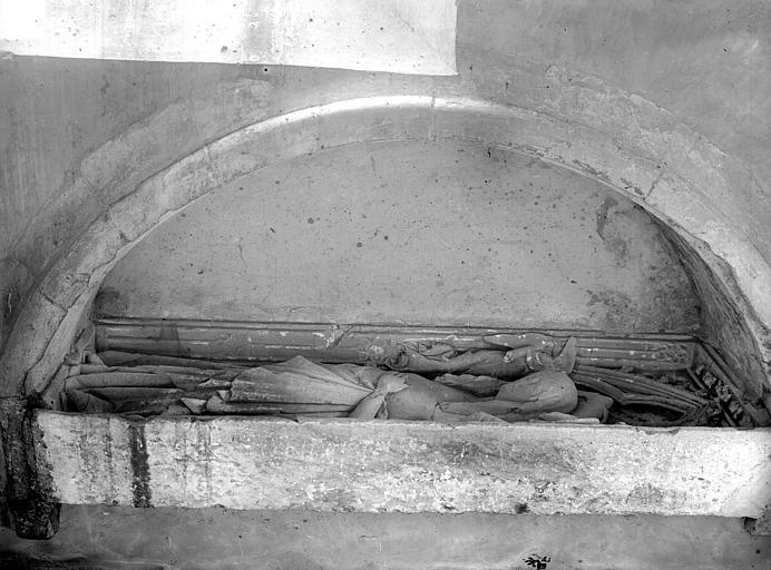 Statues funéraires, enfeu. Statues funéraires : gisants sous enfeu
