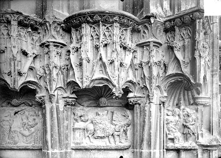 Façade ouest : dais et bas-reliefs du soubassement