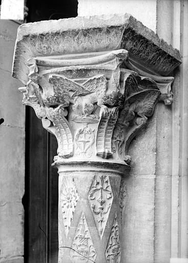 Façade ouest : colonne et chapiteau du soubassement