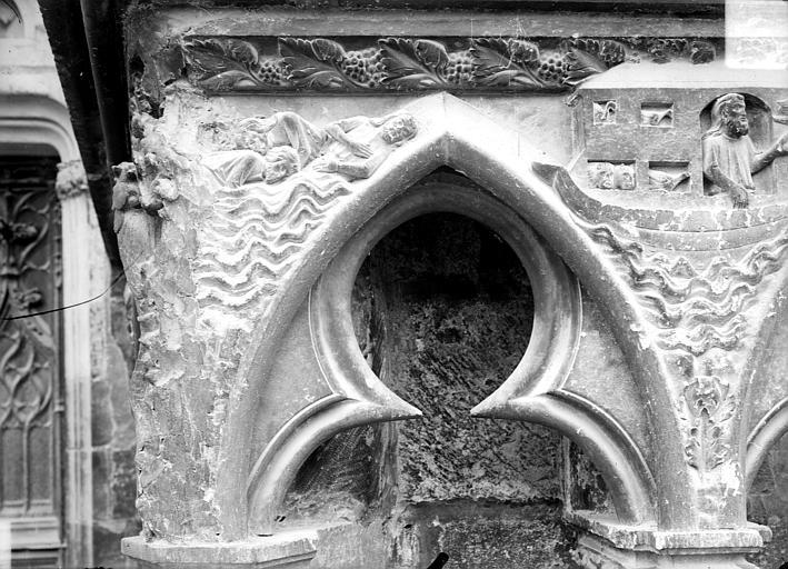 Façade ouest : arcatures et bas-reliefs du soubassement