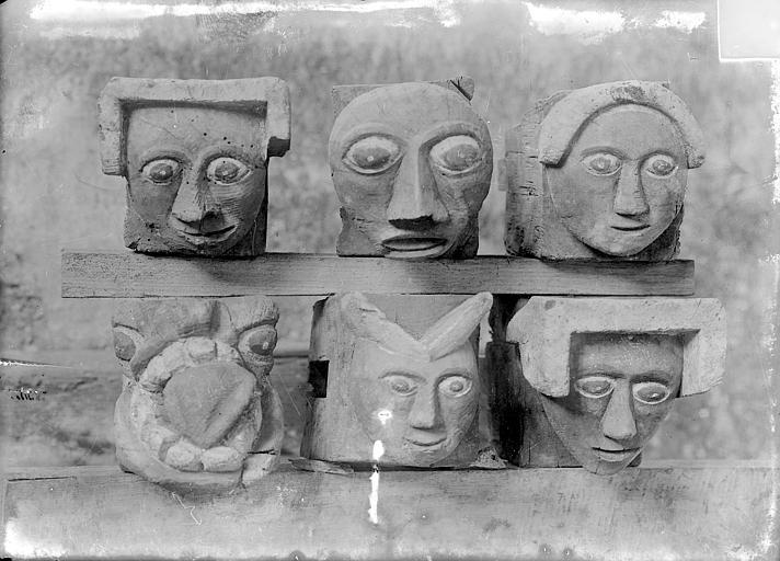 Têtes sculptées déposées, blochets