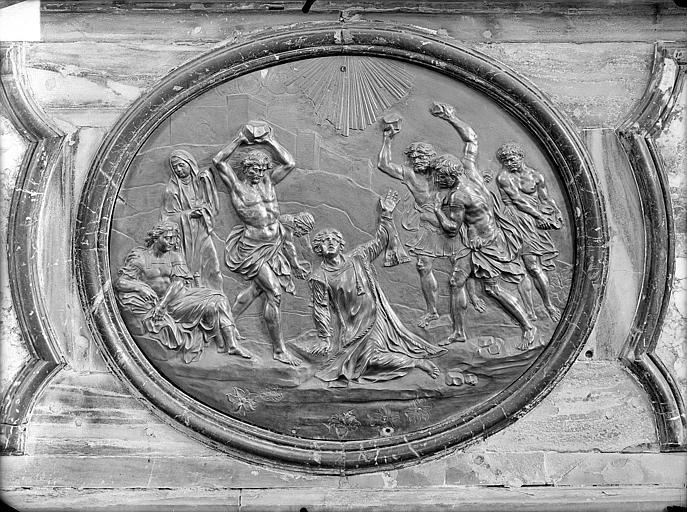 Maître-autel, médaillon. Maître-autel : médaillon central sculpté en bas-relief