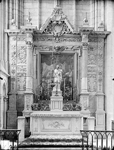 Retable situé dans une chapelle latérale. Retable situé dans une chapelle latérale