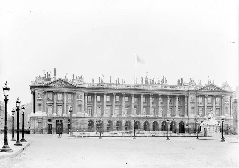 Grande façade, à droite de la rue Royale