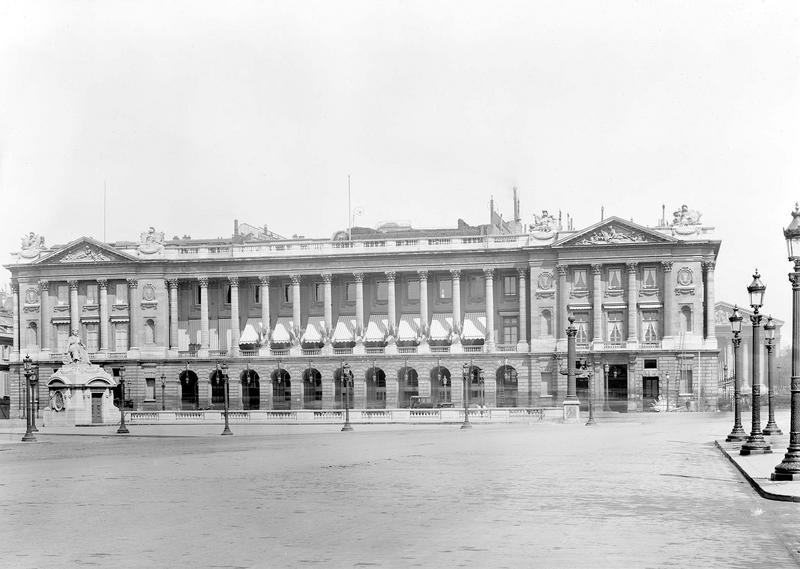 Grande façade, à gauche de la rue Royale