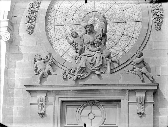 Chapelle Sainte-Croix de Jérusalem. Façade d'entrée : Groupe sculpté de la Charité