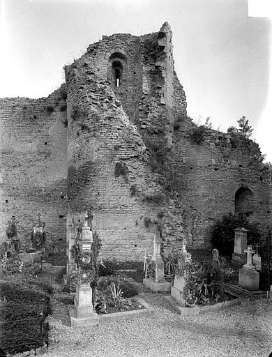 Façade nord : mur intérieur et tour