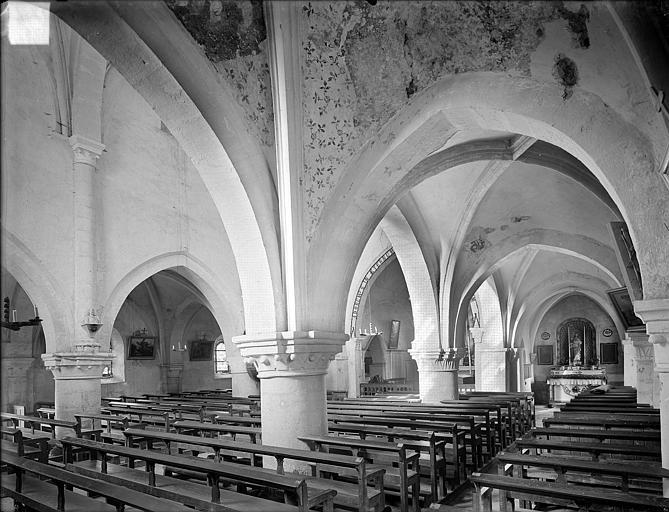 Vue intérieure du bas-côté sud et de la nef, vers le nord-est
