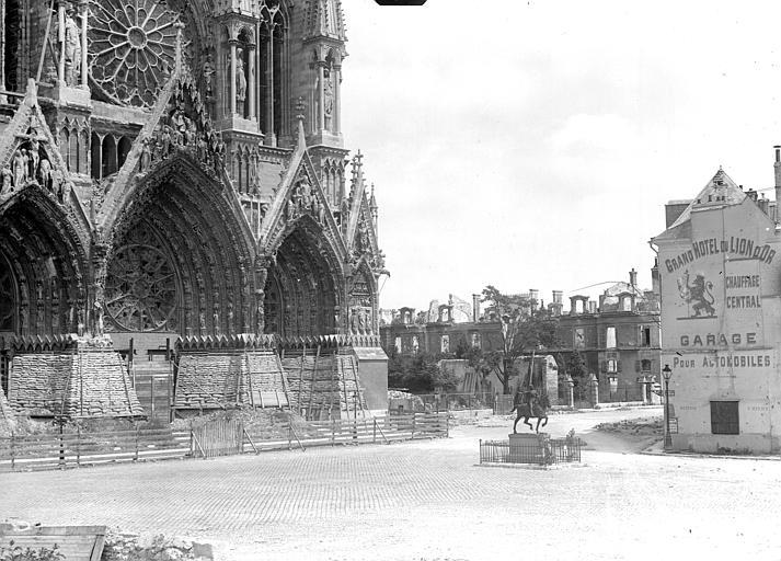 Portail de la façade ouest et statue de Jeanne d'Arc sur le parvis