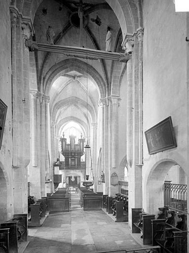 Vue intérieure de la nef, vers l'entrée