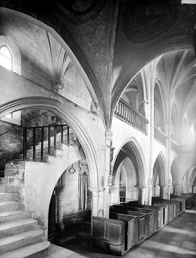 Vue intérieure de la nef vers le sud-ouest et escalier montant à la tribune