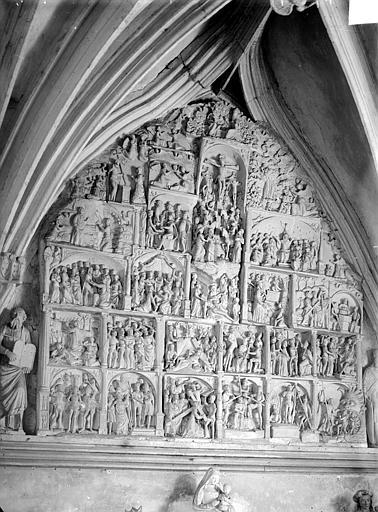 Retable situé dans la chapelle sud, La Passion. Retable en pierre sculpté de la chapelle sud : Les Scènes de la Passion