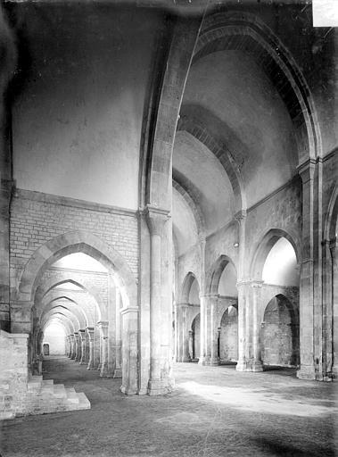 Eglise : Vue intérieure du bas-côté sud et de la nef, vers le nord-ouest