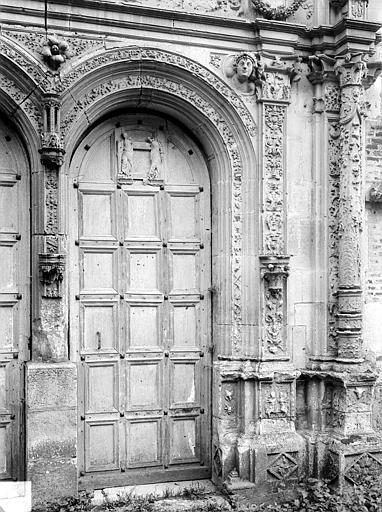 Chapelle. Portail de la façade ouest : Porte de droite